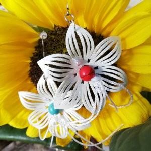 šesticípé květy s korálkem a pestíkem